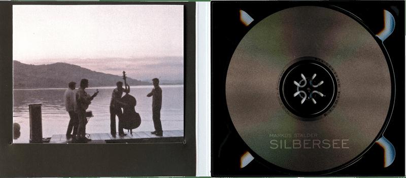 Kartonhülle mit schwarzem Tray und Wickelfalz-Booklet