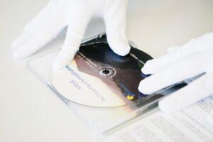 Konfektionierung-von-CDs-mit-Handschuhen
